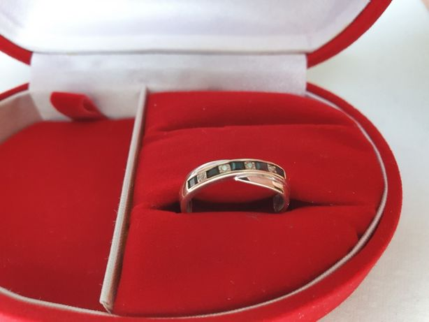 Pierścionek z białego złota wysadzany diamentami i szafirami