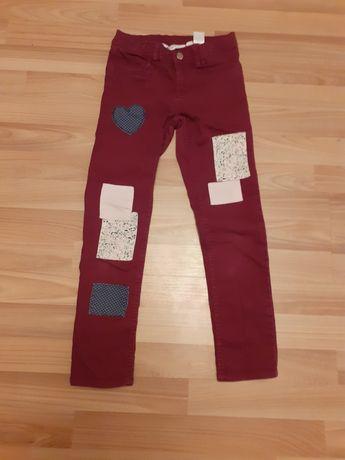 Świetne buraczkowe spodnie dziewczęce z łatami