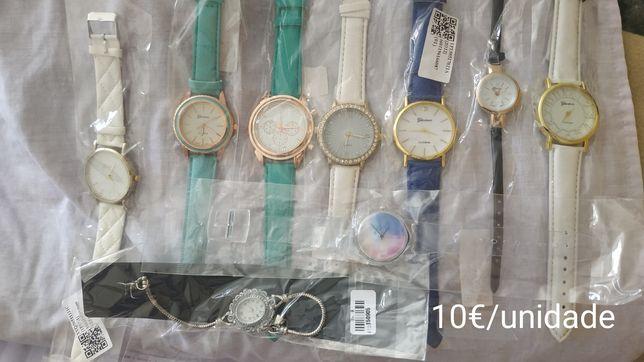 Relógios novos: homem, senhora e criança