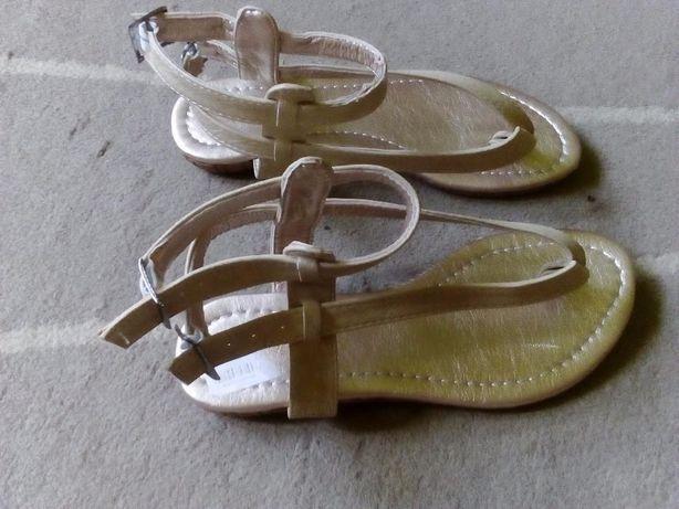 sandały w jasnym kolorze