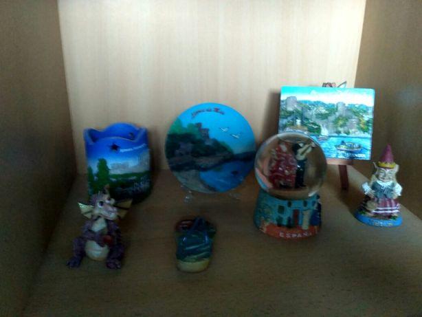 Figurki pamiątki z różnych miejsc