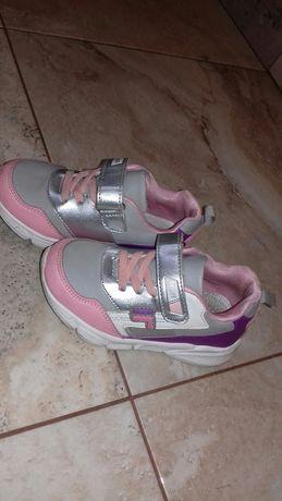 Дитяче взуття на дівчинку.