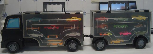 Camião com reboque com 32 veículos