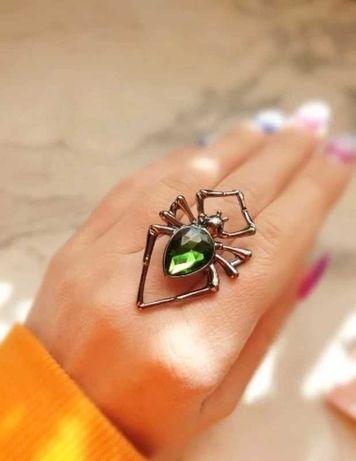Duży pierścionek pająk z zielonym kryształkiem sygnet pierścień retro