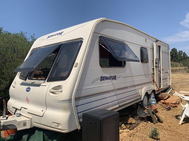 Caravana com cozinha e casa se banho
