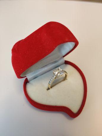 Złoty pierścionek z cyrkoniami roz 17