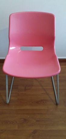 Cadeira de plástico  rosa.