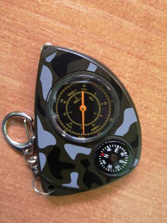 Krzywomierz harcerski, terenowy z kompasem i karabińczykiem.
