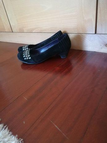 Sapatos Pretos com ligeiro salto