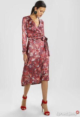 Актуальное легкое атласное платье на запах в цветы