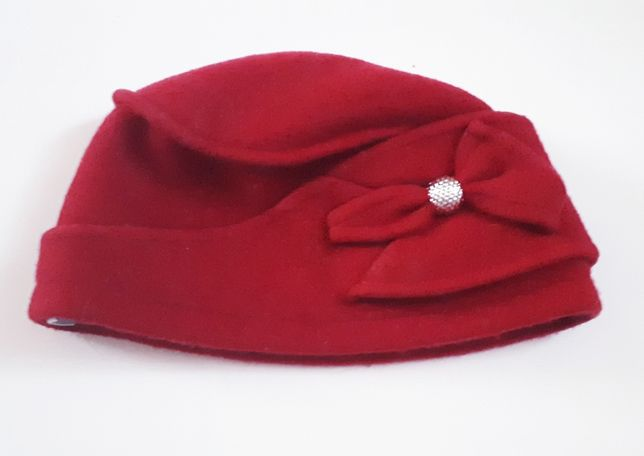 Piękna i ciepła czerwona czapka z kwiatkiem; 100% wełna -fir. Rabionek