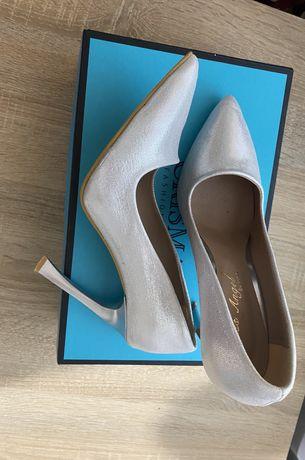 туфлі нарядні ,дуже гарно виблискують на сонці,були взуті 1 раз