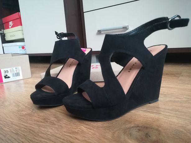 Czarne buty na konturnie 35