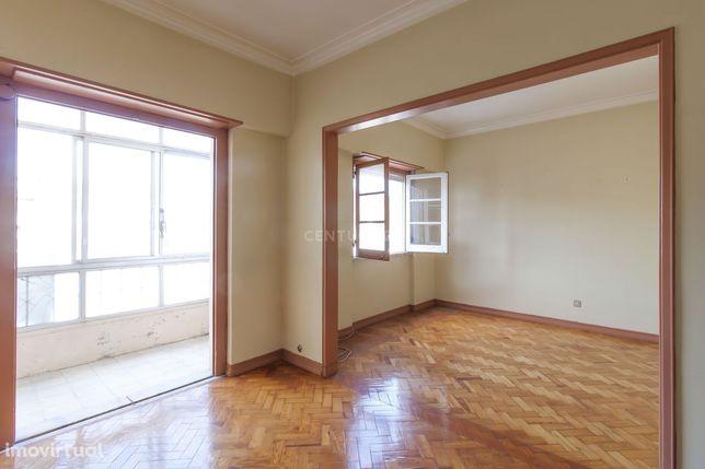 #Apartamento  3 assoalhadas, junto mercado S.Domingos Benfica, luminos