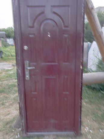 Металеві двері були у вжитку
