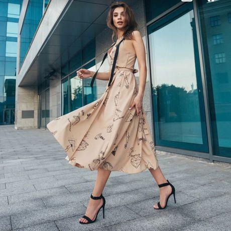 Длинное платье из принтованного трикотажа с разрезом на ноге