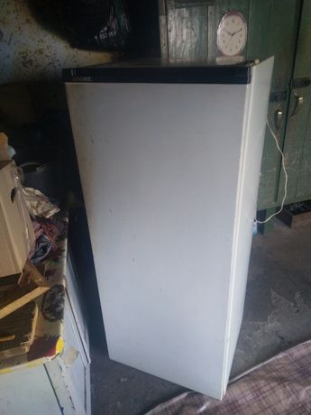 Продам холодильник Донбас дирка у морозилкі компресор працює самовивіз