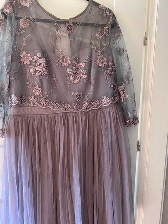 sukienka szaro-fioletowa tiulowana z haftem