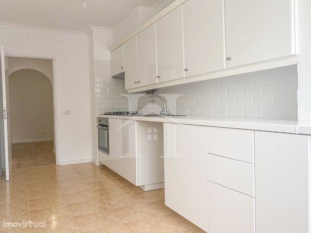 Apartamento T2 em Linda-a-Velha com arrecadação