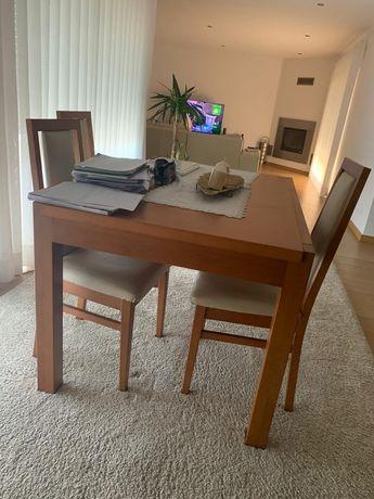 Mesa com 4 cadeiras e cristaleira com prateleiras laterais