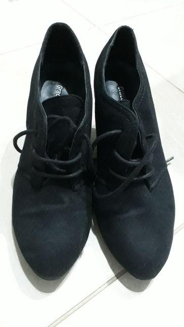 Zamszowe buty na obcasie