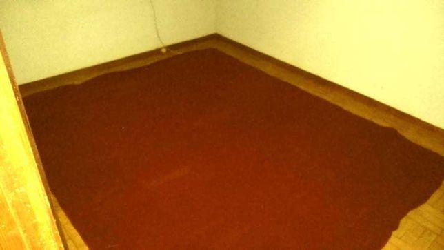 Tapete/carpete vermelho escuro, muito grande para sala ou quarto