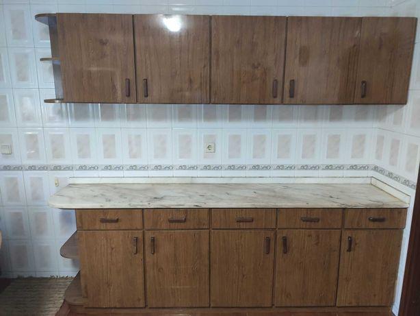 Móveis de cozinha com mesa