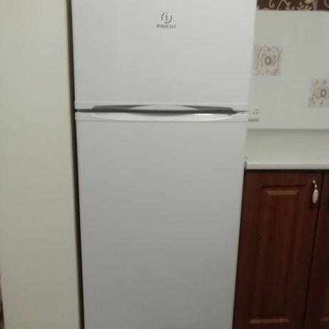 Холодильник индезит.