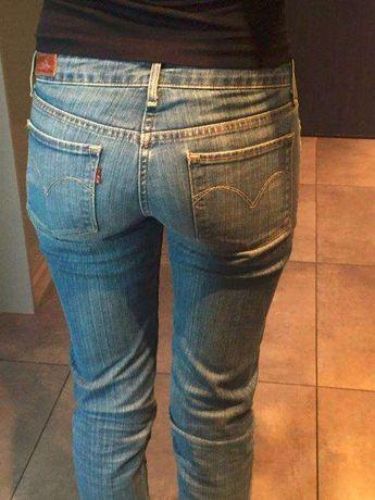 niebieskie jeansy Levis