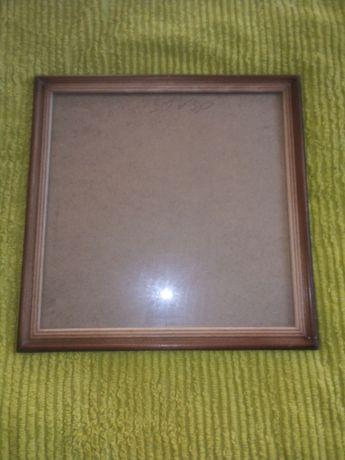 Дерев'яна рамка (зі склом) розмір 30 * 30 (під картину чи вишивку.). .