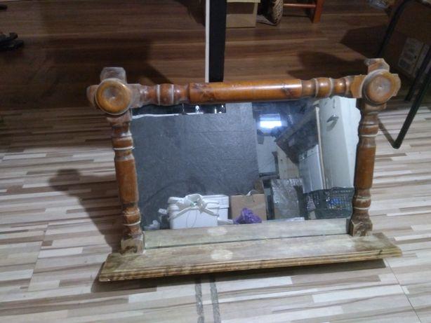 Stare lustro w drewnianej ramie