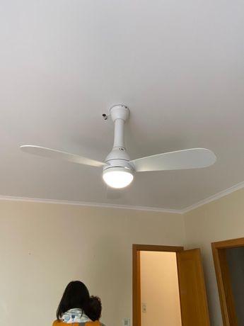 Ventoinha de tecto branca com iluminação