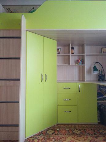 Кровать-чердак, стол, шкаф, тумбы.