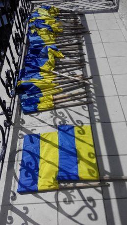 прапори УКРАЇНИ прапорці на стовп