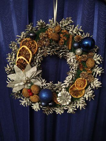 Wianek świąteczny ręcznie robiony z szyszek, bogato zdobiony