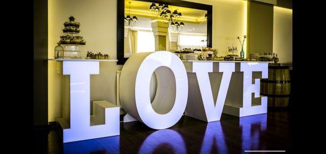 Napis LOVE do zdjęć na wesele jako stół na słodkości do zdjęć i ozdoba