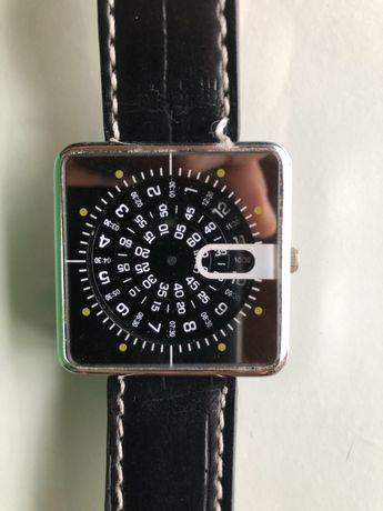 Relógio com mostrador quadrado