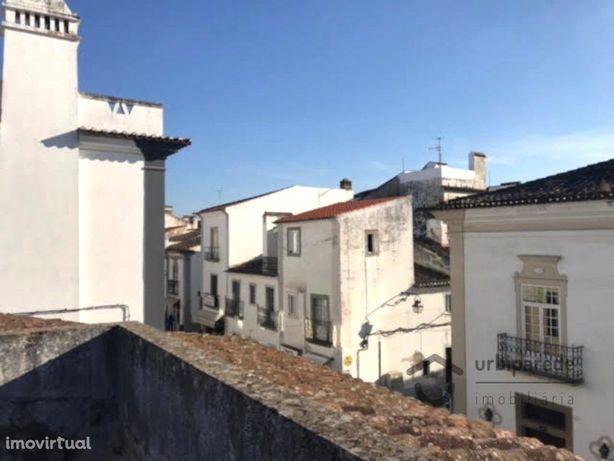 ÉVORA - Centro histórico - Prédio com 249,9 m2, de uso mi...