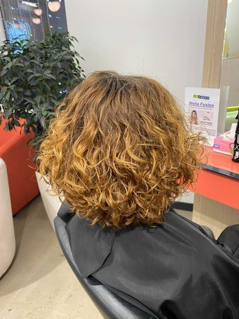 Модель на биозавивку волос