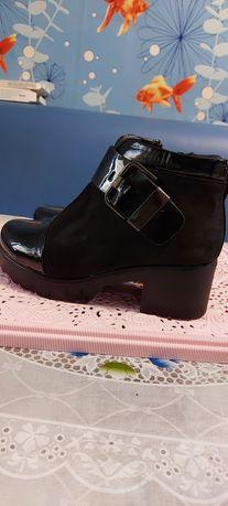 Продам демисезонные женские ботинки