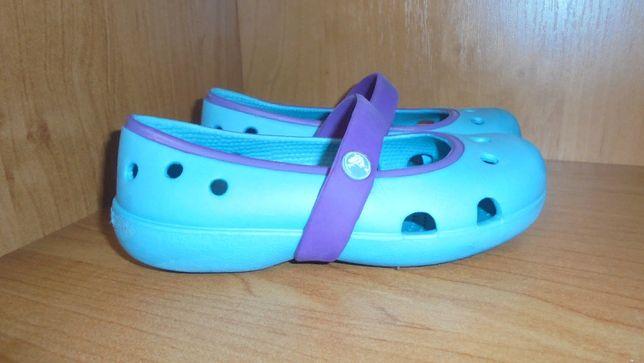 Туфли балетки мыльницы Crocs мятного лазурного цвета держатся на ноге