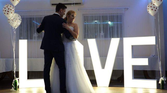Napis LOVE podświetlany LED na WESELE