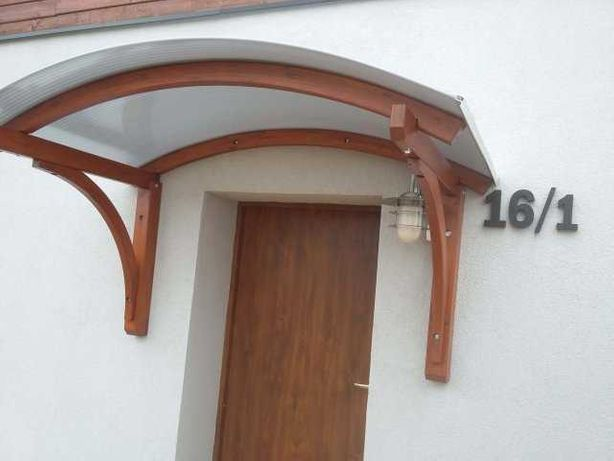 Daszek drewniany nad drzwi wejściowe, zadaszenie nad drzwi, daszek.