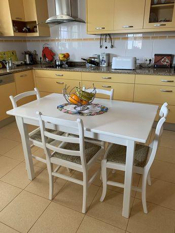 Conjunto mesa cozinha lacada e 4 cadeiras com assento em palhinha.