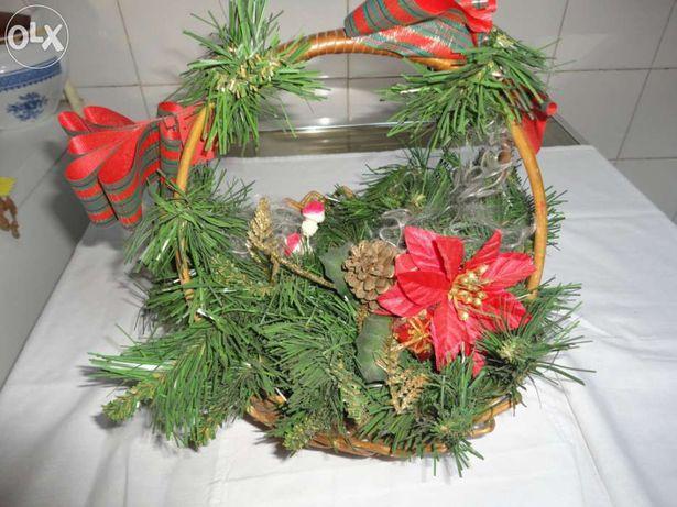 Cesta de verga decorada com enfeites de natal