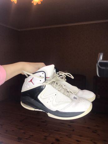Продам баскетбольние кроссовки Jordan.