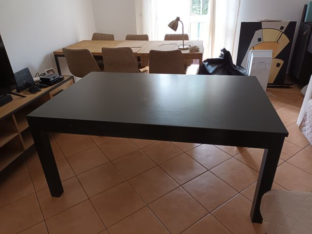 Mesa jantar extensível preta.