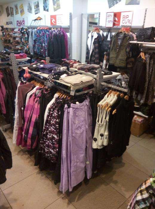 Продам торговое оборудование (стеллажи, стойки) в магазин одежды/обуви