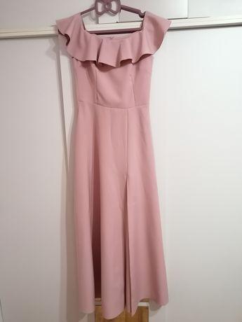 Długa pudrowo różowa suknienka hiszpanka