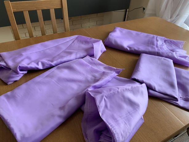 Kilka części fioletowy liliowy materiał. Na stół weselny, krzesla